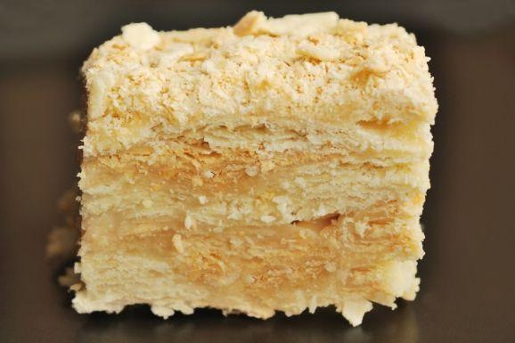 Το γλυκό Ναπολέων είναι ένα παραδοσιακό γλυκό που φτιάχνετε από στρώσεις σφολιάτας και κρέμας ζαχαροπλαστικής. Τη συνταγή την βρήκα από ένα βιβλίο του Πολιτιστικού Συλλόγου Ελατοχωριτών Θεσσαλονίκης, που μου είχε δώσει ένας φίλος από το Ελατοχώρι Πιερίας.. Αφού το δοκίμασα και έπαθα πλάκα, έψαξα τη συνταγή για να το φτιάξω και γω..Μοιάζει λίγο με μιλφέιγ…Φοβερό …