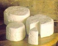 Queijo Caseiro      2 litro(s) de leite  8 colher(es) (sopa) de vinagre branco   Leve o leite ao fogo até levantar fervura.Acrescente imedi...