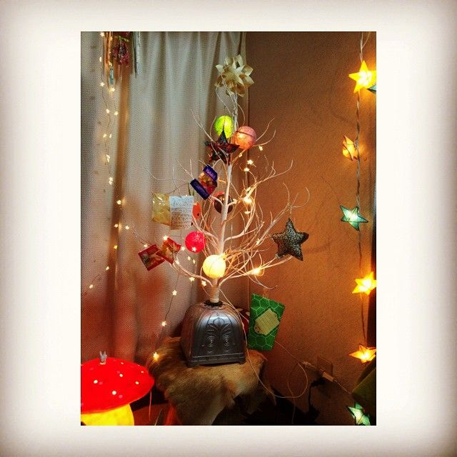 もうすぐみんなが帰ってくる‼︎今夜はたらふく食べます☆…** 皆様、良いクリスマスを‼︎ #クリスマスツリー #クリスマスイブ  #haribo #コットンランプ  #願い事 #お星さま #子供たちはサンタさんに配達お疲れ様のハリボーを飾るのがお決まり