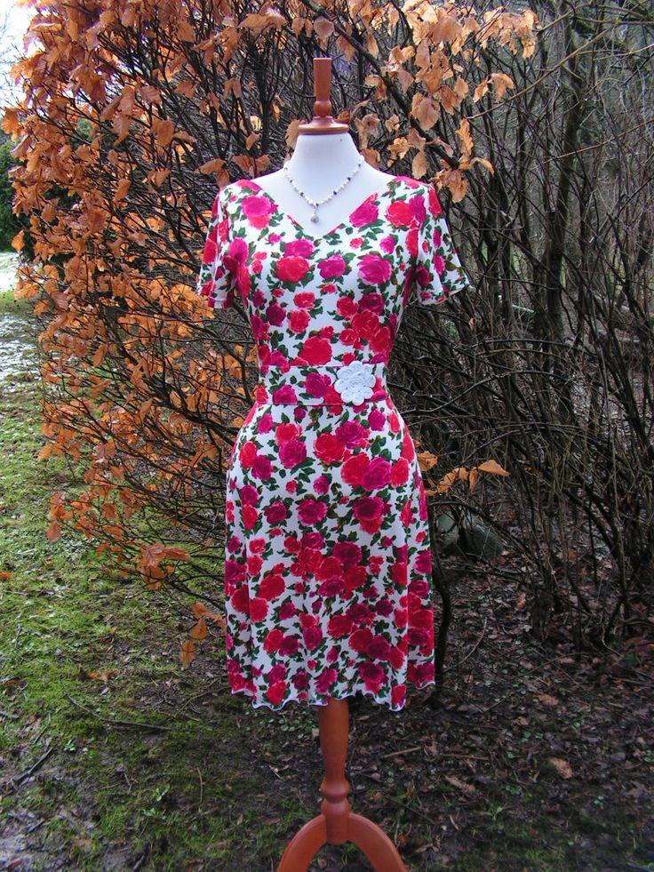 Rosenkjole med V-udskæring i både ryg og forstykke. Se flere kjoler på min Facebookside: https://www.facebook.com/pages/Doris-Vestergaard-Design/110763765613494?ref=bookmarks