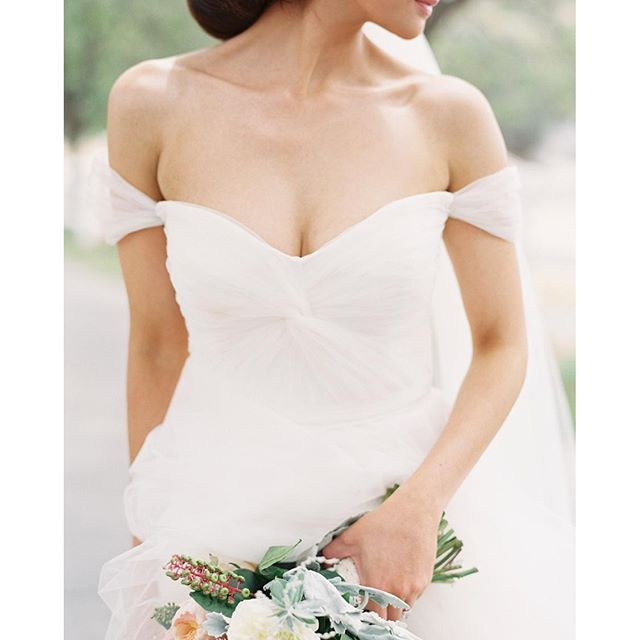 #mulpix O #vestido de #noiva decote #OmbroAOmbro, com mangas caídas, está super em alta. Esta inspiração é perfeita para noivas fãs da #princesa Bela, da #Disney, cujo clássico vestido amarelo contava com o mesmo charme. Para um verdadeiro casamento de princesa! ;) El #vestido de #novia escote #HombroAHombro, con mangas caídas, está super de moda. Esta inspiración es perfecta para novias fanáticas de la #princesa Bella de Disney, cuyo clásico vestido amarillo contaba con el mismo encanto…