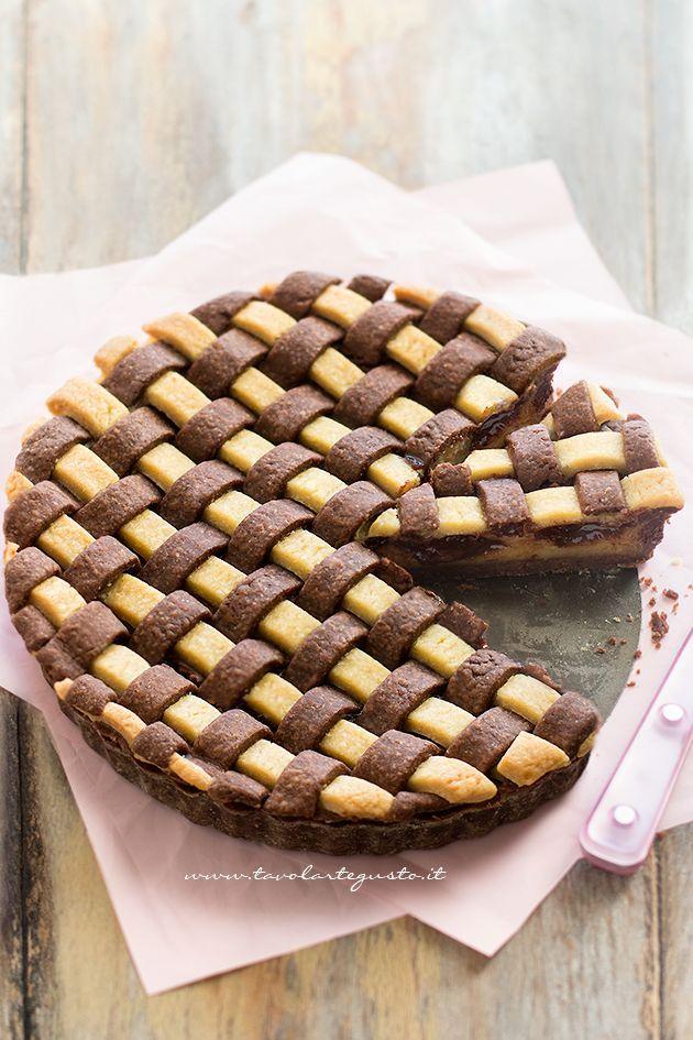 La Crostata Crema e Nutella è un dolce golosissimo, bicolore e doppio gusto sia nel guscio che nel ripieno! E' Realizzata con pasta frolla morbida metà alla vaniglia e metà al cacao. Quella profumatis