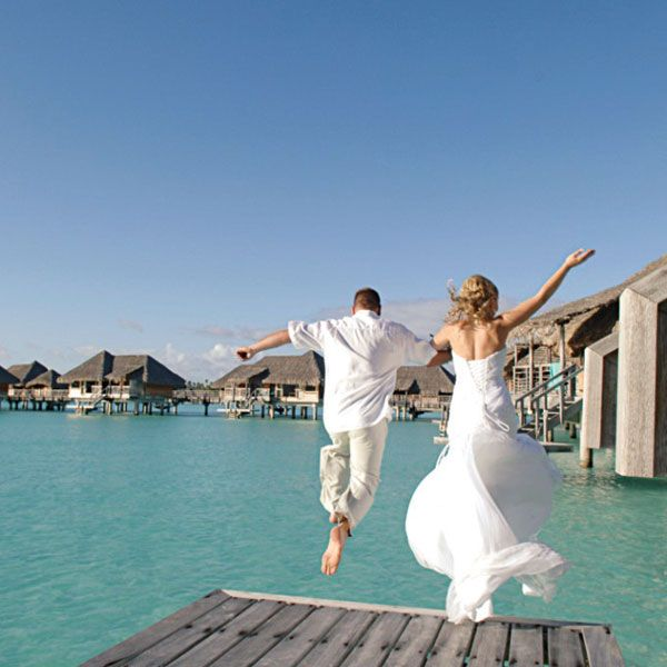 Some #newlyweds taking the plunge at the InterContinental #BoraBora Resort and Thalasso Spa