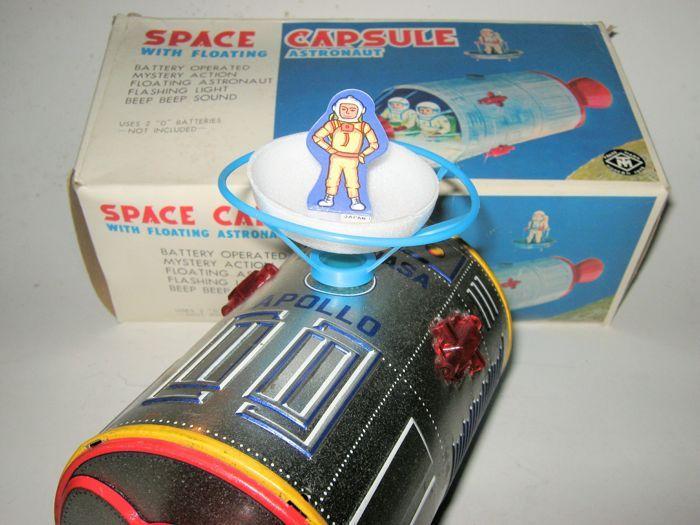 """Masudaya Japan - lengte: 25 cm - plaatwerk/kunststof """"ruimte capsule met zwevende astronaut"""" 70s  Japanse ruimtecapsule in originele verpakking en zwevende astronauten met het verzamelen van trechter alles origineel en functioneel in goede staat is het schilderij iets wreef ten gevolge van zijn leeftijd batterij vak ok ca 25 cm lang.  EUR 3.00  Meer informatie"""