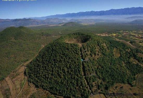 Active Volcanoes / Aktive vulkaner: Yunnan, China - Black Mountain (?) Photo: http://www.yunnanadventure.com/YunnanGuide/Cluster-of-Volcanoes-in-Tengchong-Tengchong.html