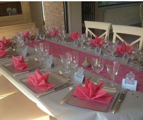 La table de communion d'Hélène - Serviettes pré-pliées, assiettes en carton, marque-places et chemin de table Mesa Bella  www.mesabella.fr
