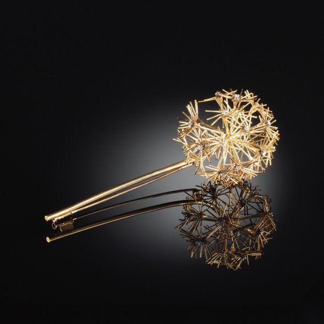 AN 18K YELLOW GOLD DIAMOND DANDELION LADY'S BROOCH, : Lot 113