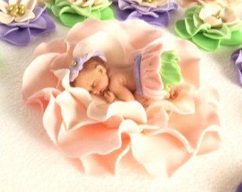 Baby shower de gâteau sur blush ombre rose fleur 3D figure comestible fondant bébé volants jupe faire-part baptême décoration de baptême