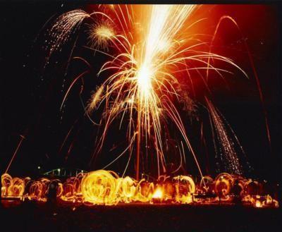 三重県熊野市を流れる清流北山川の河原で開催される「紀和の火祭り」。花火の目玉は、幅200m以上に及ぶナイアガラ。地域の伝承を復活させた「柱祭り」では、神の依代と...