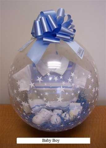 Prendas de bebé dentro de globo transparente para regalo o centro de mesa. #DecoracionBabyShower