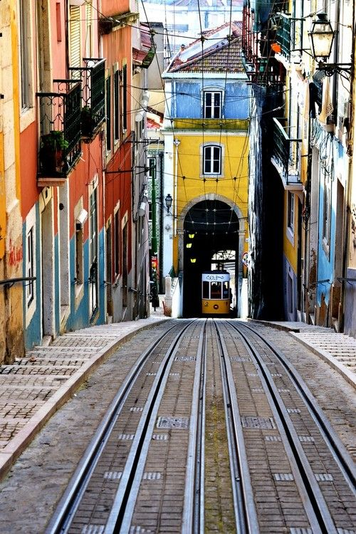 Deze oude tram rijdt je lekker lui omhoog zodat je niet zo hoeft te klimmen! Lissabon, Portugal