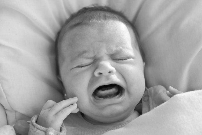 Si bébé pleure, c'est parce qu'il a besoin de ses parents ! Plus le bébé pleure, plus il s'angoisse. Il ne faut pas le laisser pleurer, mais le réconforter au plus vite.