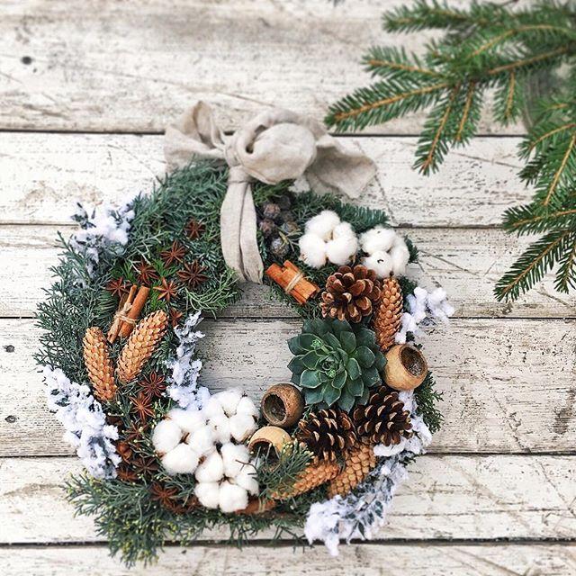 Зима-это очень красиво и уютно! А @flowerslovers.ru помогает создать это настроение в вашем доме или офисе❄️ Спасибо нашей дорогой @mirokova за ФОТО елового красавца❄️ Для ваших заказов  8 (985) 911-57-49  #flowerslovers_winter