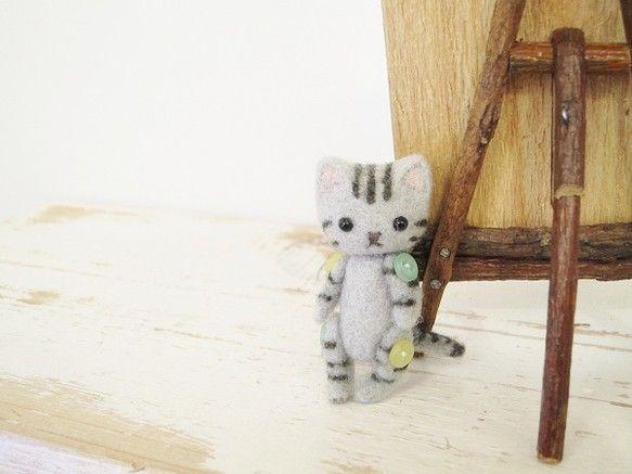 ちょこん♪と可愛らしい小さな猫ちゃんです。手足はカラフルなミニボタンでジョイントしてあります。上手く立てかけると立ちますが自立はできません。身長4.5cm お...|ハンドメイド、手作り、手仕事品の通販・販売・購入ならCreema。
