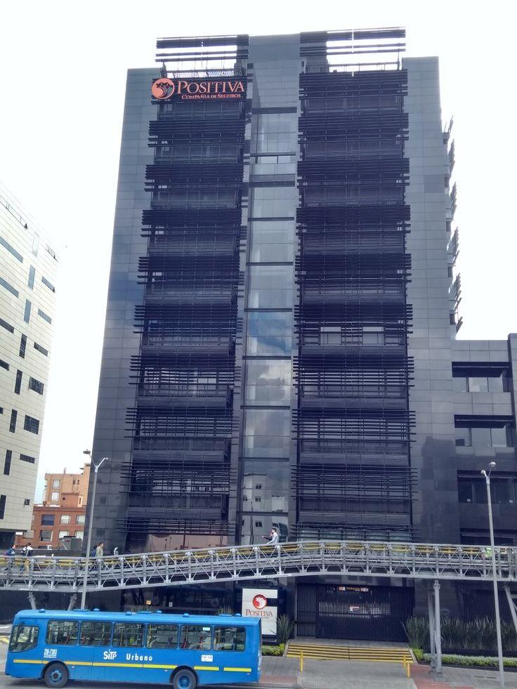 Edificio Positiva Compañía de Seguros, sobre la Autopista norte en Bogotá.