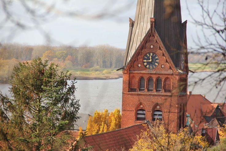 Schöner Blick über die Kirche auf die Elbe.