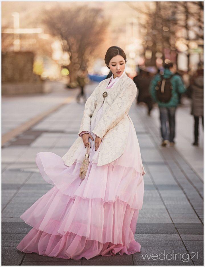 2017년 새해, 선물 그리고 한복 5PART 3 | 우리 옷, 세계의 중심으로 들어오다 2관광객의 발길이 끊이지 않는 세계적인 서울의 거리, 전통의 아름다움을 살려내는 다섯 장소에서 한복을 입은 KFBA(방송 진행자 협회) 소속의 아나운서 5인이 만났다. 서울 시내 관광 명소들과 자연스럽게 어우러지는 우리 옷의 매력에 빠져보자.사회와 역사, 시대가 관통하는 광화문진주상단 with 아나운…
