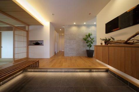 上り框・天井DN・玄関収納に間接照明を配置。 正面の壁に、白河石を利用。