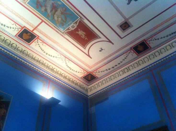 Ιλίου Μέλαθρον-Μέγαρο Σλήμαν.   Οροφογραφίες & τοιχογραφίες: Jurij Subic [γεν. 13.04.1855 – † 8.09.1890] - Νυν Νομισματικό Μουσείο http://www.nma.gr/ilioumelathron.htm Οδός Πανεπιστημίου 12 Αρχιτέκτων: Ernst Ziller [γεν. 1837 – † 1923] - Μελέτη: 1878 - Οικοδόμηση: 1878 - 1880 - Αποπεράτωση 1880 - Εγκαίνια: 30 Ιανουαρίου 1881 Επίβλεψη: μηχανικός Βασίλειος Δροσινός