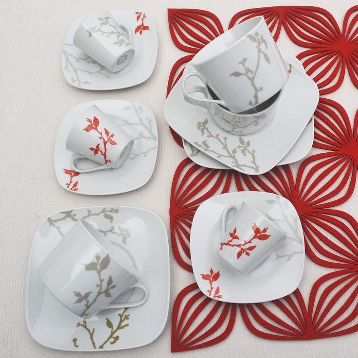 Έξι φλυτζάνια με τα πιατάκια τους για τον τσάι ή το καπουτσίνο και 6 φλυτζανοπιατάκια του ελληνικού καφέ ή εσπρέσσο σε χρώμα γκρι και κοραλένιο.