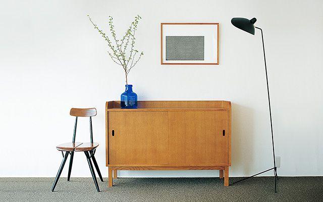 MUJI meets IDÉE | MUJI 無印良品 家具を受け皿のように配置する 作品の下に家具が受け皿になるように配置すると、部屋全体のバランスがよくなります。棚の上に花瓶やルームフレグランスなどを一緒に配置しても様になります。