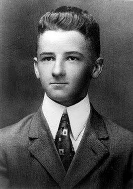 """""""C'est drôle de le voir. Il a l'air d'un homme qui, incapable de jouer un air, souffle bien fort dans une trompette dans l'espoir que, dans une minute, ça deviendra de la musique"""". Lumière d'août (1932) William Faulkner"""