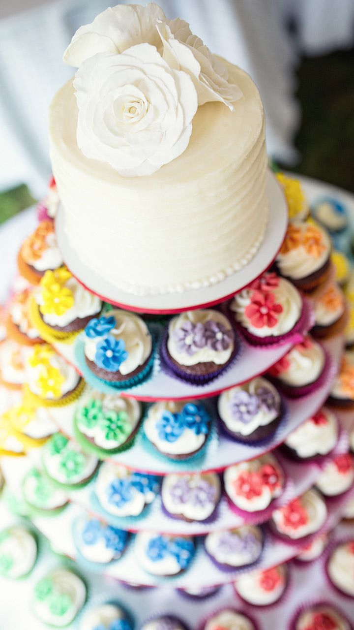 Montagne de mini-cupcakes pour un mariage arc-en-ciel