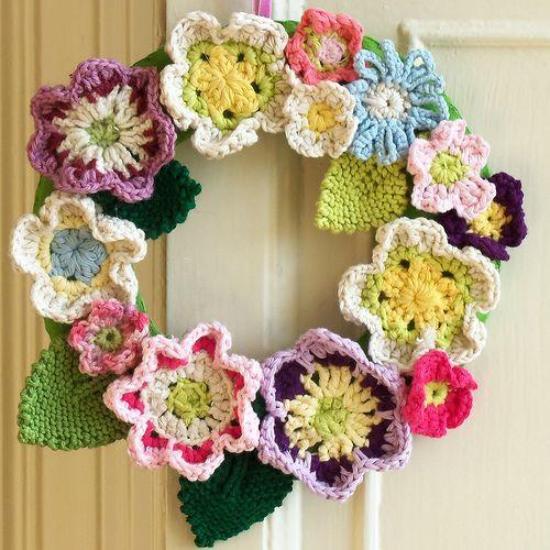 isn't this great!Spring Flower, Crochet Projects, Crochet Flower, Front Doors, Spring Wreaths, Floral Wreaths, Flower Wreaths, Crafts, Crochet Wreaths