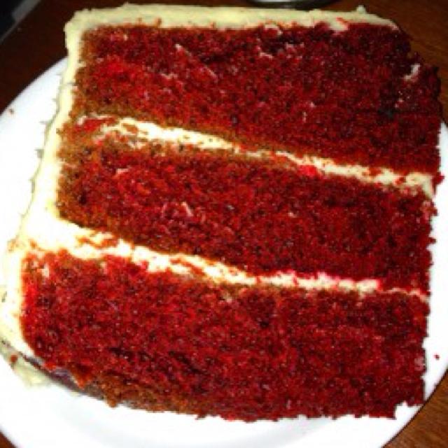 Redvelvet cake Red velvet cake, smaakt gewoon naar cake, maar het glazuurlaagje is heerlijk en de kleur van deze cake fenomenaal.  Voorbereiding: De oven voorverwarmen op 170°C, bakvormen van 20 cm invetten en met bloem bestrooien. In een grote kom 250 gram boter met suiker romig opkloppen. De eieren 1 voor 1 toevoegen en goed kloppen. Meng de kleurstof met de cacao en voeg dit toe. Afwisselend bloem en karnemelk toevoegen. Vervolgens vanille en zout. Baksoda met azijn mengen en voorzichtig…