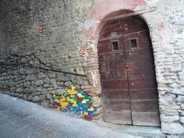 lego blokjes die een gat in de muur opvullen