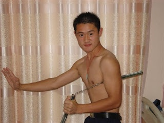 """In response to the pin with the Chinese idiom """"body strong power strong"""" 身强力壮 [shēn qiáng lì zhuàng], the guy in this photo thinks he has a """"shēn qiáng lì zhuàng"""" because that's the title he's given the photo... so strong and powerful that he doesn't appear to need a tattoo... ?!!  [ image credit tupian.hudong.com/24265/1.html ]"""
