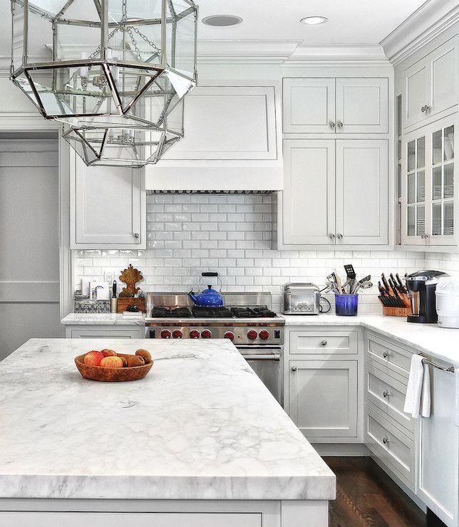 Kleiden Sie Ihre Küche im Stil mit einigen weißen Untergrund Fliesen!