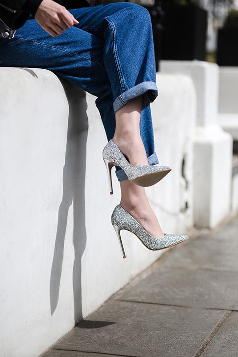 Add a splash of glitter to evening looks with the on-point styling of Alice from Carvela Kurt Geiger. This glossy, streamlined court stands tall on a slim 120mm heel.