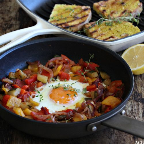 Spanskinspirert pytt-i-panne med løk, squash, tomater og bakt paprika. Deilig pannerett med enkle byggeklosser som har mye smak. Spis med stekt egg + toast.