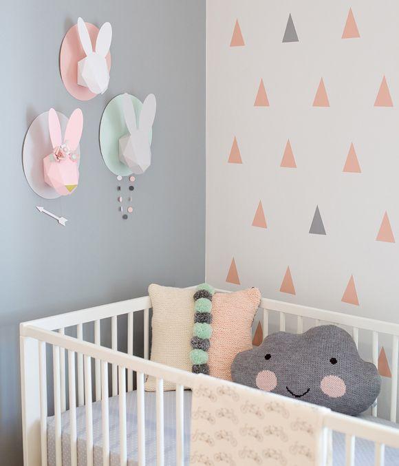 Total tendance, style et couleurs. Sur le mur se sont des stickers triangles, une inspiration pour un motif.: