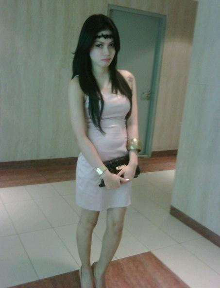 Wanita yang akan muncul ini, bernama Novi Shandra. Asalnya Jakarta, profesinya model. Bisa terkenal, bisa juga baru terkenal. Yang penting wanita yang satu ini sangat layak untuk disebut cantik dan bertato seksi.........Langsung saja ya.....