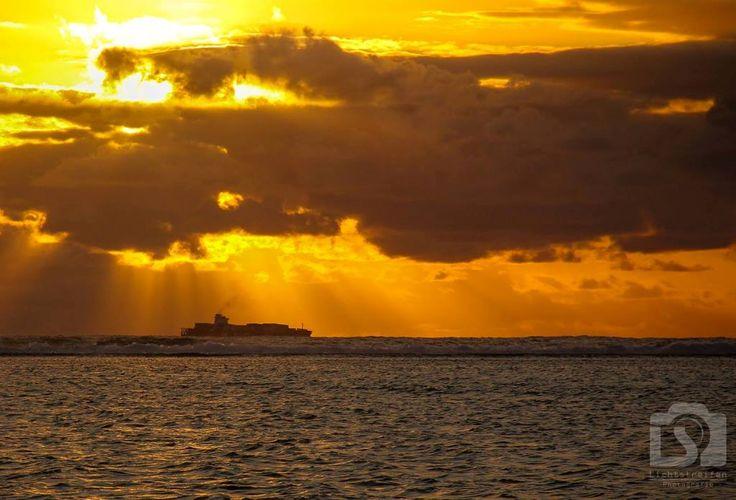 #sunset #sun #Sonnenuntergang #Meer #ocean #boot # #fish #fishing #Mauritius #Lichtstreifen #patric #voegelin #vögelin #tanker