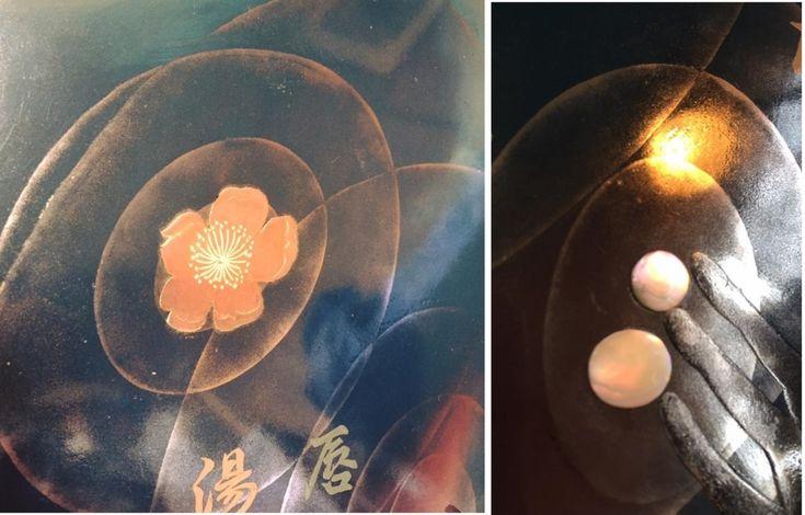 160518 波紋を描く 4 (坂根龍我 作品 紹介№267 )  -- 4月25日(月)〜4月30日(土)に銀座ギャラリーGKにて開かれた詩歌公募展「ムジカ展」の徳重英子さんの作品のイメージパネルとして作成された作品を紹介しています。waca-jhi -- 銀座ギャラリーGKにて開かれた詩歌公募展「ムジカ展」出品の徳重英子氏より依頼を受け手掛ける、句のイメージのコラボパネル 『Ripple Mark』全容 さて、髪の毛を入れ、花のシベを描き、 徳重英子氏の句を書く。 夜光貝の螺鈿で指先からの波紋に大き目の水滴。 花の横にも。リングとブレスを身に付けさせて、貼り付けの額を拭き漆仕上げに。完成。^_^;