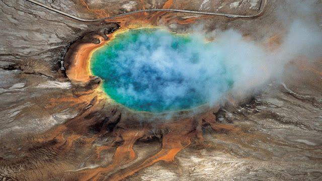 El supervolcán Yellowstone una bomba de efecto retardado   www.utah.edu    El supervolcán del parque nacional de Yellowstone en EE.UU. es una bomba de efecto retardado que en caso de una erupción podría matar de inmediato a cerca de 90.000 personas según afirman diversos expertos.  Según el reporte publicado por el diario británico 'Daily Mail' la posibilidad de una catástrofe también se refuerza por el reciente hallazgo realizado por científicos de la Universidad de Utah (EE.UU.) quienes…