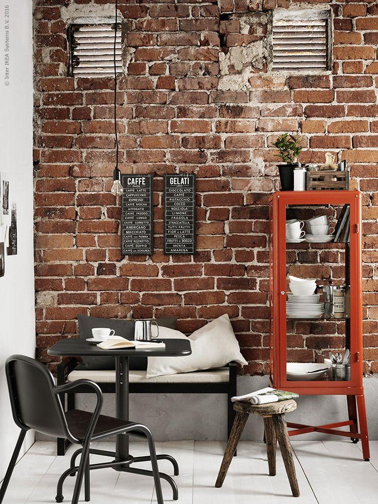 Om du har ett litet kök med begränsad förvaring så kan vitrinskåpet FABRIKÖR vara lösningen. Det förvarar såväl porslin som specerier med stil och tillför en industriell touch till inredningen. TUNHOLMEN bord, TUNHOLMEN stol, BJÖRKSNÄS bänk med dyna och SINNERLIG kuddfodral.