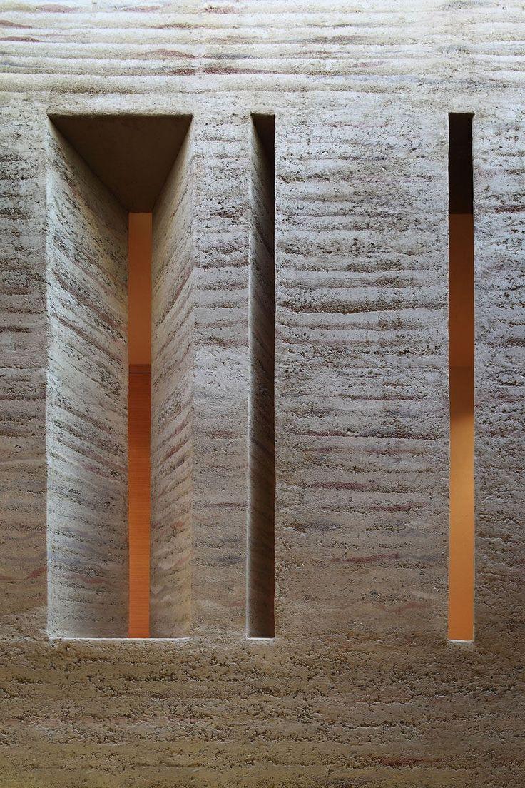 Fenster-Stil Ideen schmalen vertikalen Fenstern / / schmale Fenster, die nach dem Zufallsprinzip angeordnet bringt Struktur und Dimension ins Haus und schaffen ein einzigartiges Lichtspiel aus betrachtet außerhalb.