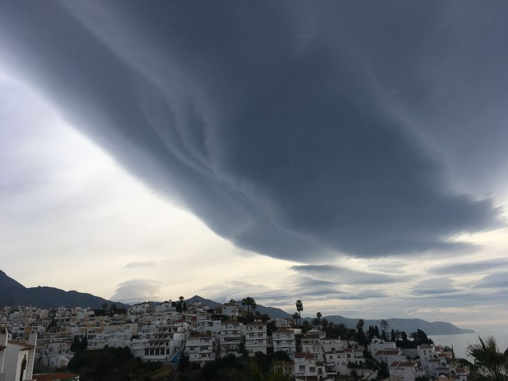 A spectaculour lenticular cloud formation, photos taken in Spain in January 2017