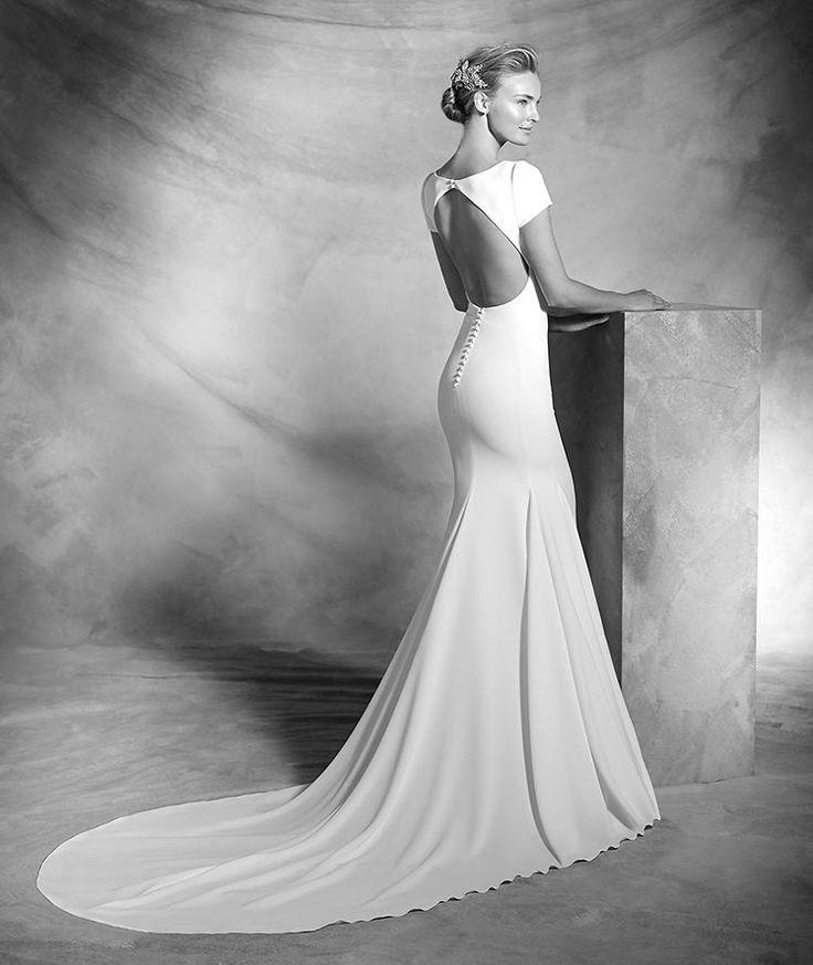 ATELIER PRONOVIAS 2016 Modelo 'Valeria'. Vestido sencillo de novia de crepe de estilo sirena de manga corta. Cuerpo de escote barco en el delantero y gran obertura central en la espalda. Desde 2.150,00 €*
