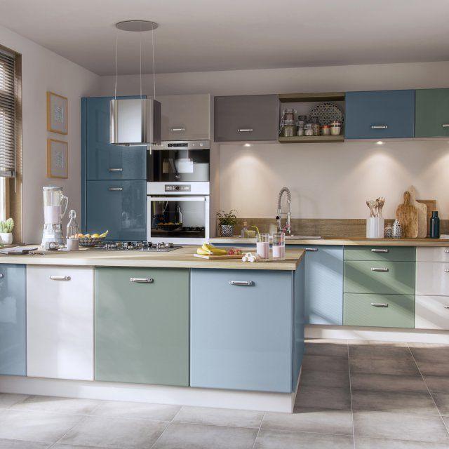 Des portes de placard dépareillées pour une cuisine originale. Envie de changer de déco dans votre cuisine ? Inutile de tout casser. Les portes des placards se décrochent, se remplacent et sont dépareillées. Un mix&match réalisé avec brio entre bleu pétrole, blanc, beige et vert d'eau !