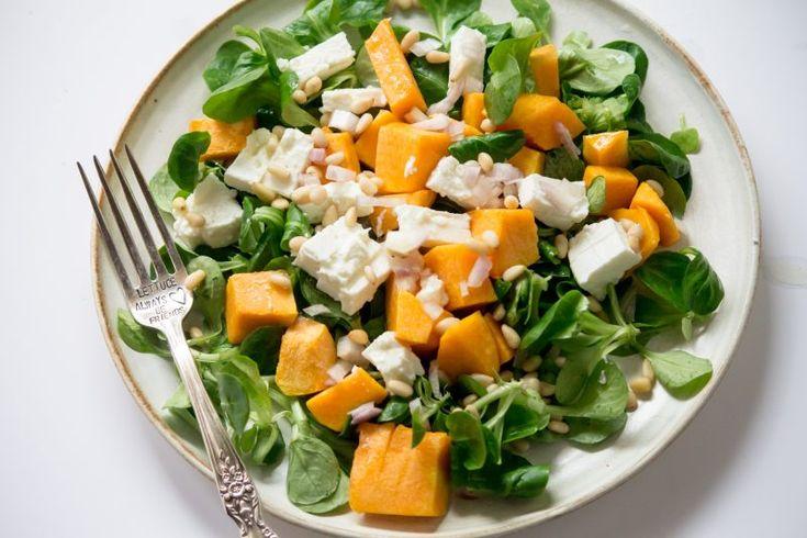 1 part de courge Salade verte au choix Des pignons du pin 1 échalotte Feta 1- Préchauffez le four à 220 °C. 2- Couper la courge en dés et mélanger les avec une cuillère à soupe d'huile, faites la rotir pendant 20min. 3- Placez dans une assiette la salade, les pignons de pin, l'échalotte, la feta et ajoutez les dés de courge 4- Assaissonnez, pour moi juste un peu d'huile d'olive et de jus de citron !