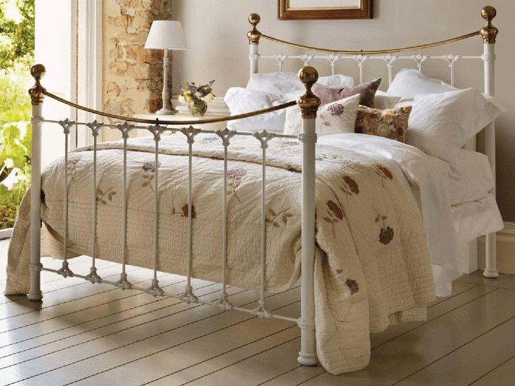 Двуспальная кровать с металлическим основанием