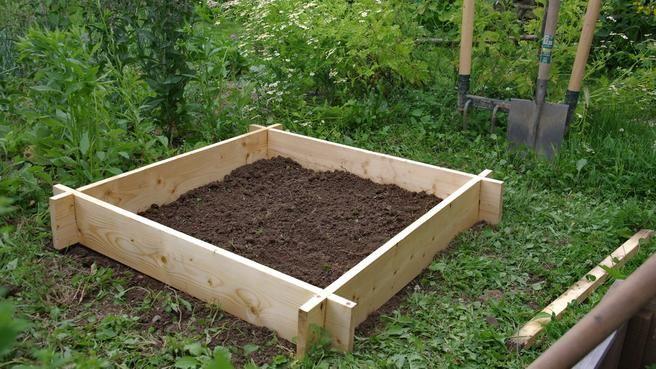 Réaliser un jardin potager en carré sans clous, ni vis // http://www.deco.fr/jardin-jardinage/potager-legume/actualite-497296-realisation-carre-potager-bois-clous-vis.html