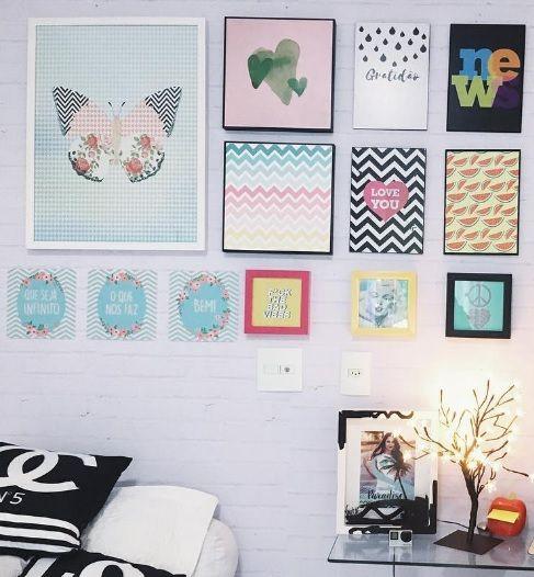 decorar quarto pequeno com quadros e placas