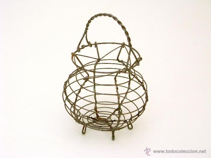 Antigua cesta para huevos de juguete.