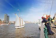 4450_3175 Matrosen blicken von Bord ihres Schiffs auf die Elbe. Segelschiff vor Hamburg Altona zur Einlaufparade des Hamburger Hafengeburtstages. Matrosen blicken von Bord ihres Schiffs auf die Elbe. Als Kaiser Friedrich Barbarossa den Hamburgern am 7. Mai 1189 einen Freibrief ausstellte, wurde den